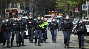 La policía abandonael lugar donde una persona murió de un disparo y otra resultó herida en un tiroteo frente al hospital privado Henry Dunant, propiedad de la Cruz Roja, en París, el 12 de abril de 2021