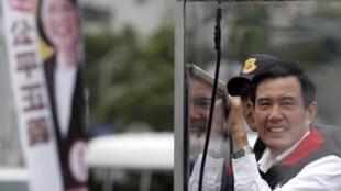 """台灣總統大選造勢進入最後衝刺,馬英九與對手蔡英文""""狂掃大街""""。"""