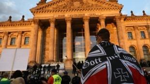 Manifestants d'extrême droite devant le Parlement allemand à Berlin, samedi 29 août.