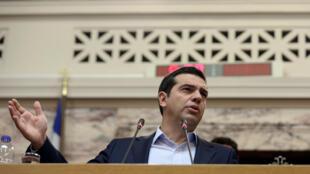 O primeiro-ministro grego, Alexis Tsipras, restabeleceu o 13° aos aposentados que recebem pensões muito baixas.