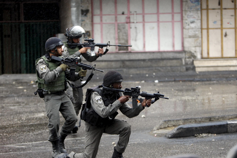 10月7日,在希伯来与巴勒斯坦人对峙的以色列军人