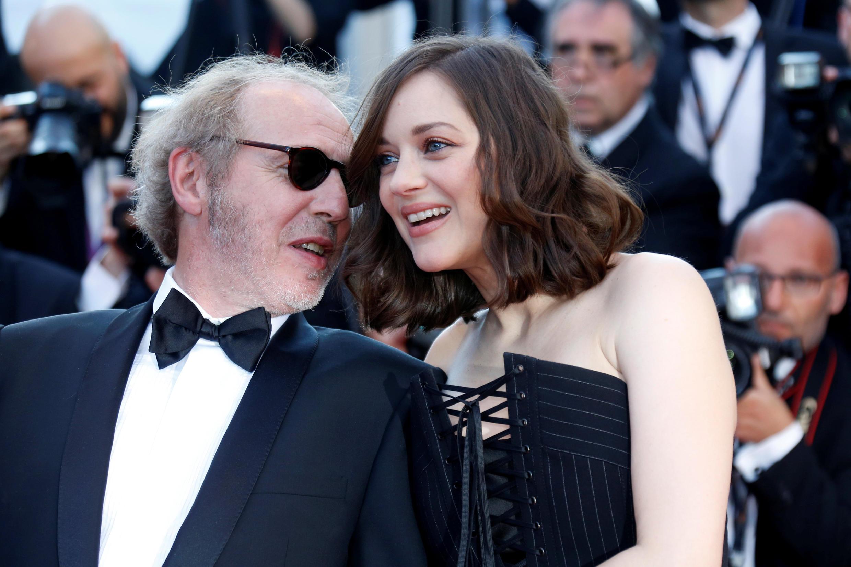 A l'occasion de la cérémonie d'ouverture de la 70eme édition du Festival de Cannes, « Les fantômes d'Ismael»  est diffusé. Son réalisateur Arnaud Desplechin et l'actrice Marion Cotillard sont sur le tapis rouge pour la montée des marches, le 17 mai 2017.