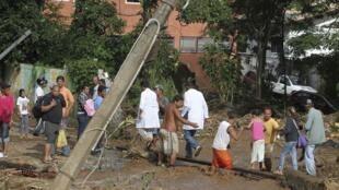 Vítimas das inundações sendo socorridas nas ruas de Teresópolis.