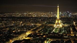 eiffel-tower-at-night-1490988023Xwg