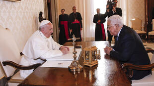 Papa Francisco conversa com presidente palestino Mahmoud Abbas em sala do Vaticano, em 14 de abril de 2017.