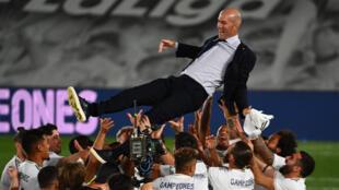 Le coach Zinédine Zidane porté en triomphe par ses joueurs après le sacre du Real Madrid au terme du match contre Villarreal à Valdebebas, le 16 juillet 2020