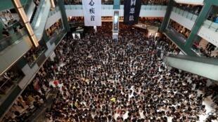 Manifestantes invadem shopping center em Hong Kong durante protesto