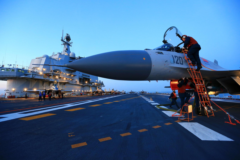 Cuộc tập trận bắn đạn thật với tàu sân bay Liêu Ninh trên biển Bột Hải của Hải quân Trung Quốc. Ảnh chụp ngày 11/12/2016