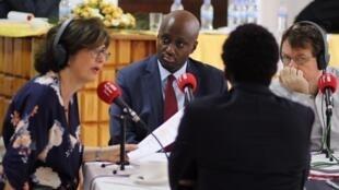 Olivier Nduhungirehe (au centre) sur le plateau de RFI à Kigali (image d'illustration)