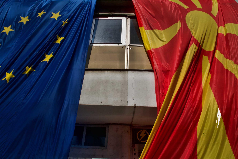 На фазаде зданий в Скопье развешаны флаги Македонии и ЕС