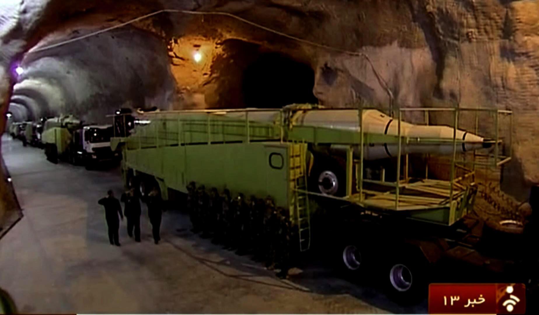 Des images diffusées par la télévision d'Etat montrant des véhicules lance-missiles suposés être entreposés dans une base militaire souterraine.