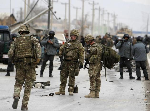 Askari wa NATO na polisi wa Afghanistan kwenye eneo la shambulio la bomu mjini Kabul.