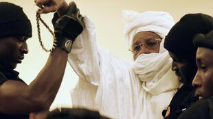 Au premier jour de son procès, l'ancien président tchadien Hissène Habré a crié sa colère vis-à-vis du tribunal, et a dû être maîtrisé par les forces de l'ordre.