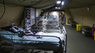 Soldados franceses instalan camas de hospital en los terrenos del hospital  Emile Muller, en Mulhouse, al Este de Francia.