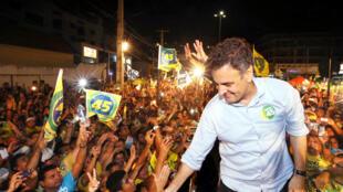 Aécio é saudado por simpatizantes do PSDB em Campina Grande.