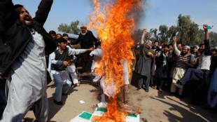 Paquistaníes queman a una figura representando a Narendra Modi, este 28 de febrero de 2019 en Peshawar, Pakistán.