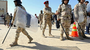 Militares egípcios patrulham região norte do Sinai, frequentemente alvo de extremistas.