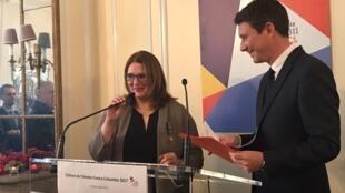 La ministra de Cultura de Colombia, Mariana Garcés Córdoba, al recibir la Medalla de Oficial de la Orden de las Artes y de las Letras, de mano del portavoz del gobierno francés, Benjamin Griveaux, en nombre de la Ministra francesa de la Cultura, Françoise