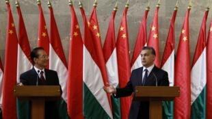 Le Premier ministre chinois Wen Jiabao (g) et son homologue hongrois Viktor Orban lors d'une conférence de presse à Budapest le 25 juin 2011.