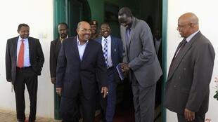 Sudan's President Omar al-Bashir (C) smiles after a meeting with head of South Sudan's delegation Pagan Amum in Khartoum