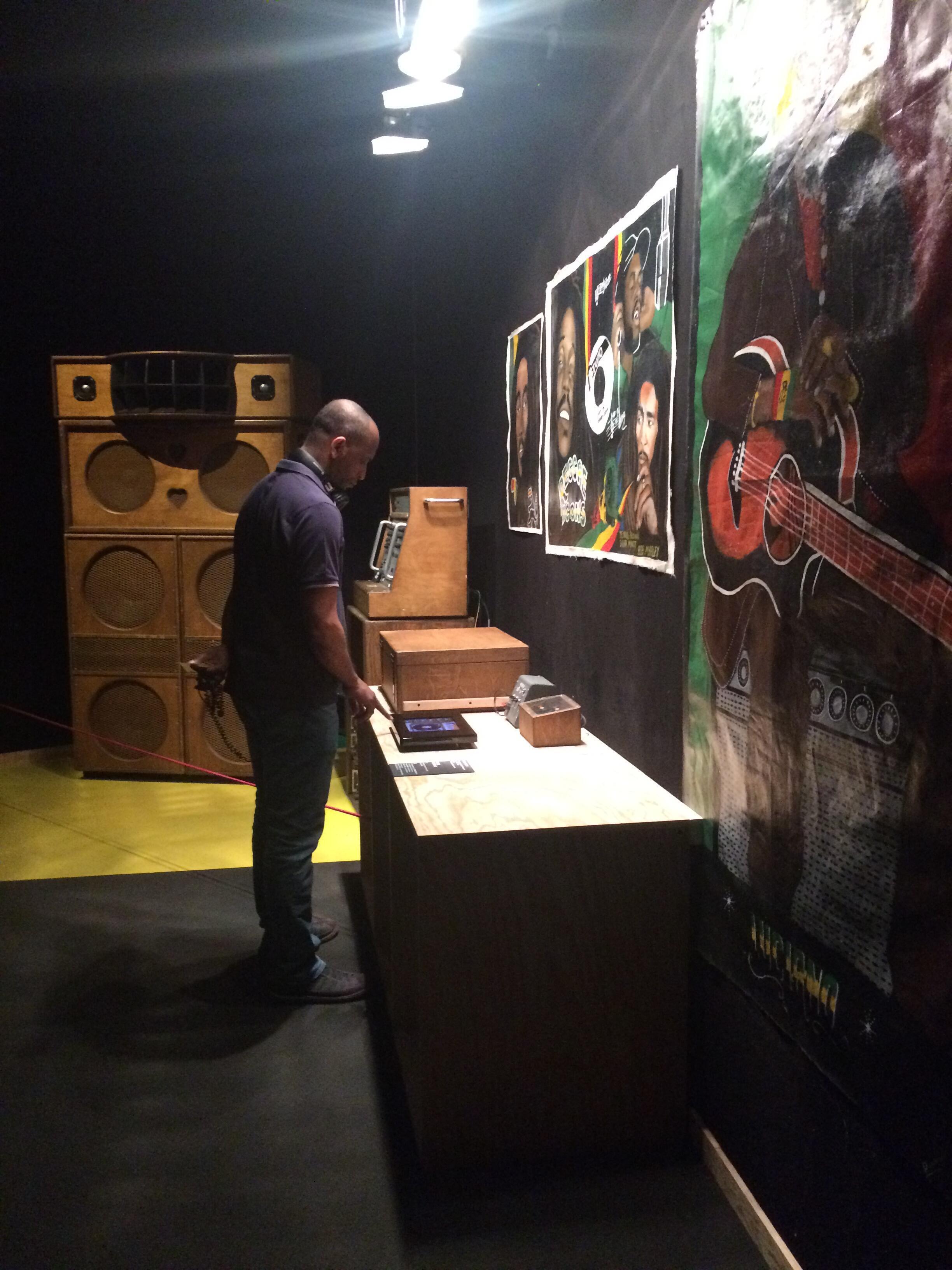 Visitante manipula som de um sound system