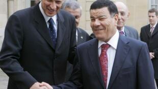 Le nouveau chef du FLN, Amar Saïdani (d), ici en février 2007 lors d'une visite à Paris.