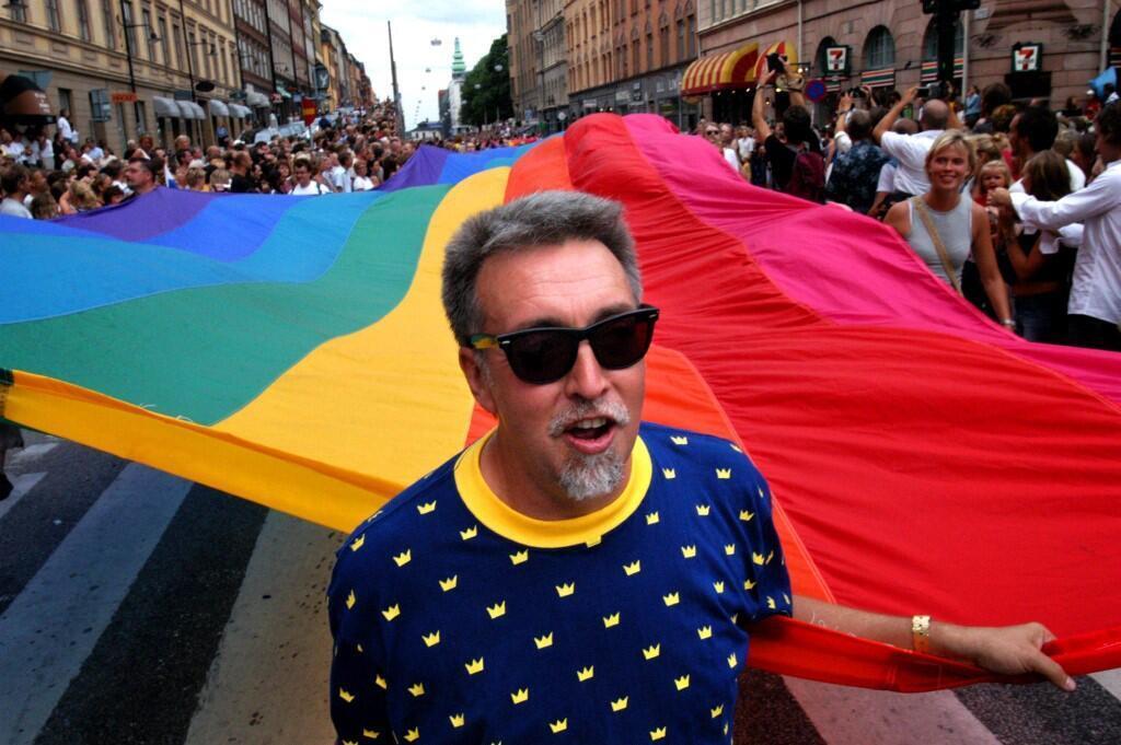 L'artiste américain Gilbert Baker, créateur du drapeau arc-en-ciel, lors de la marche des fiertés de Stockholm en 2003.