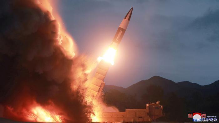 朝鲜进行导弹试射。