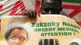 Wani dan kungiyar IMN ta 'yan uwa Musulmi dauke da hoton jagoransu Shiekh Ibrahim El Zakzaky a Abuja.