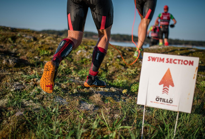 A principal característica do SwimRun é que todo o percurso da prova é feito com o mesmo equipamento com que se começa a prova - o que significa que os atletas não podem tirar os calçados para nadar, e devem correr com roupas de neoprene.