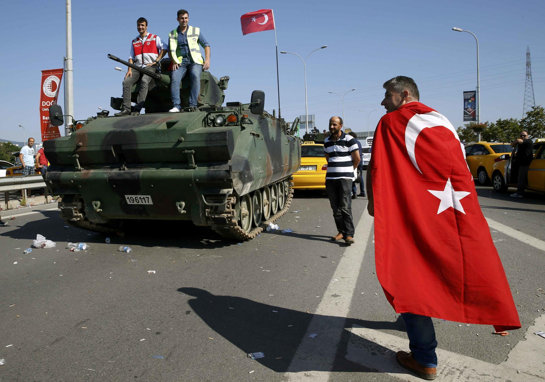 Um  tanque militar em  Istambul durante a tentativa de golpe de Estado. 16.07.2016