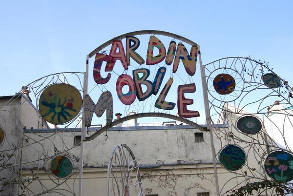 Le portail du jardin de la Goutte verte, rue Cavé, dans le 20e arrondissement, créé par l'artiste Sara Renaud.