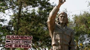 Estátua de Ernesto Che Guevara na cidade de Higuera, na Bolívia, onde o guerrilheiro foi morto.