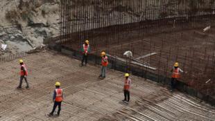 Las obras de construcción retoman poco a poco en India al levantarse progresivamente las medidas de cuarentena. Aquí en Nueva Delhi, el 11 de mayo de 2020.