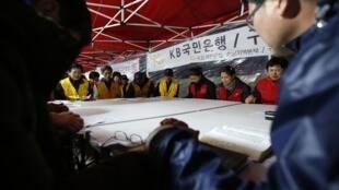 Un grupo de cristianos reza por los pasajeros desaparecidos del ferry Sewol, el 21 de abril de 2014.
