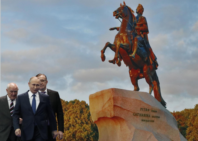 По мнению политолога Николая Миронова, процесс над экс-губернатором Сахалина Александром Хорошавиным – это кремлевский сигнал всем региональным элитам.