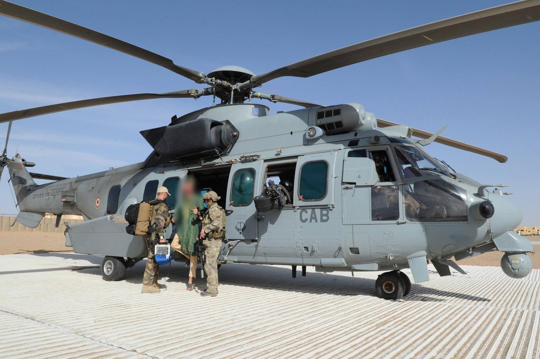 Une photo mise à disposition par le ministère français de la Défense montre l'ex-otage Sjaak Rijke à la descente d'un hélicoptère des forces spéciales françaises, ce 6 avril dans le nord du Mali.