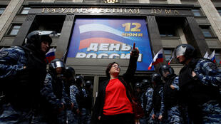 Активистка Юлия Галямина на пикете у Госдумы