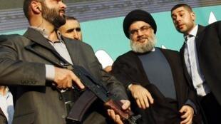 El líder del Hezbollah libanés Sayyed Hassan Nasrallah (en el centro, con turbante), escoltado por guardaespaldas, en una imagen de archivo.