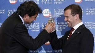Russia's President Dmitry Medvedev (R) and France's Foreign Trade Junior Minister Pierre Lellouche toast the deal