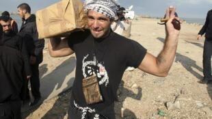 Le militant pro-palestinien Vittorio Arrigoni acheminant une aide médicale au port de Gaza.