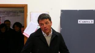 Matteo Renzi, dans son bureau de vote à Florence, en Italie, le 4 mars 2018.