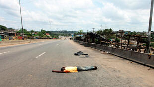 A man lies dead near Abidjan after fighting between Ivorian security forces and pro-Ouattara fighters.