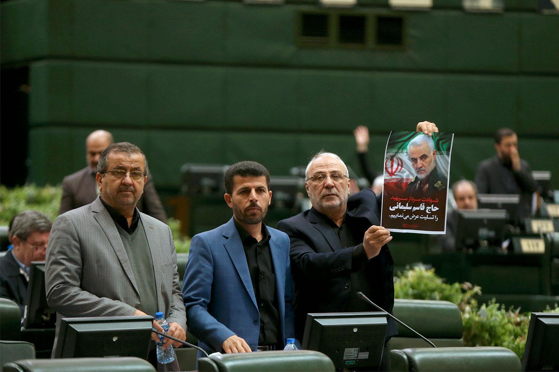 Một dân biểu Iran cầm ảnh tướng Soleimani trong lúc bỏ phiếu ở Quốc Hội. Ảnh do hãng tin Quốc Hội Iran (ICANA) cung cấp.