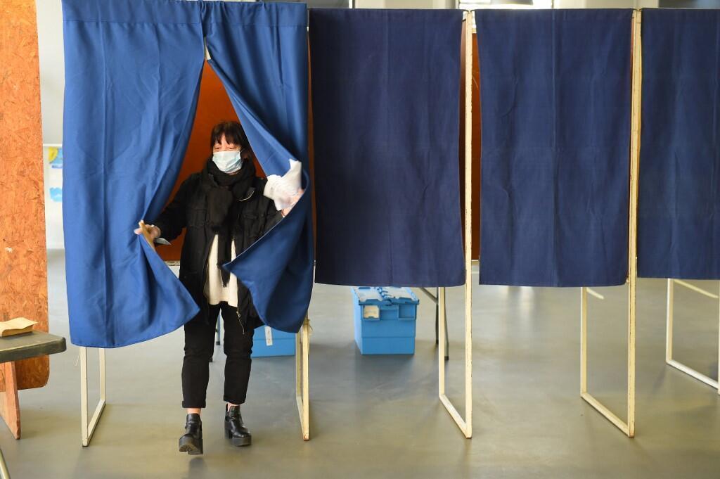 Dans un bureau de vote à Bordeaux, dans le sud-ouest de la France, lors du premier tour des élections municipales en France, le 15 mars 2020. Le Conseil scientifique n'est pas opposé à la tenue du second tour des élections municipales fin juin 2020.
