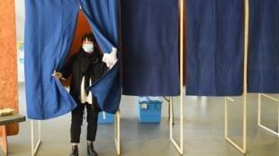 Dans un bureau de vote à Bordeaux, dans le sud-ouest de la France, lors du premier tour des élections municipales en France, le 15 mars 2020.