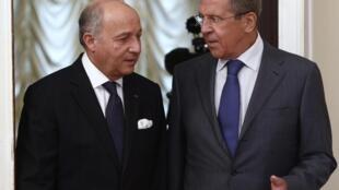 Le ministre russe des Affaires étrangères Sergueï Lavrov (d) et son homologue français Laurent Fabius, à Moscou, ce mardi 17 septembre 2013.