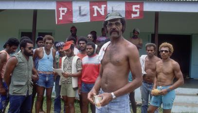 Eloi Machoro pendant le blocus de la commune de Thio en 1984, entouré de ses compagnons.