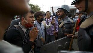 Los ciudadanos de Katmandú expresaron su frustración ante la falta de medios para abandonar la capital, el 29 de abril de 2015.