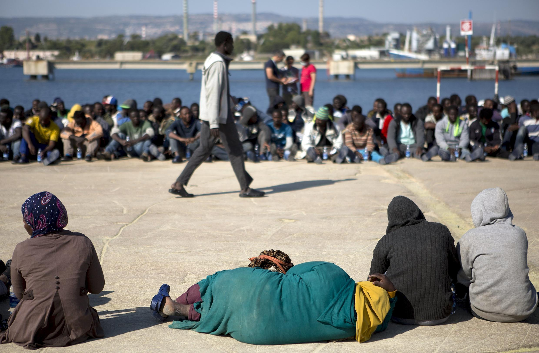 В то время, когда Италия столкнулась с притоком тысячи мигрантов из Северной Африки, центры по их приему стали источником нелегального заработка.